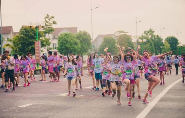 Color Me Run – Đường chạy sắc màu 2015 tại Khu đô thị sinh thái Vinhomes Riverside đã thu hút hàng nghìn người tham gia