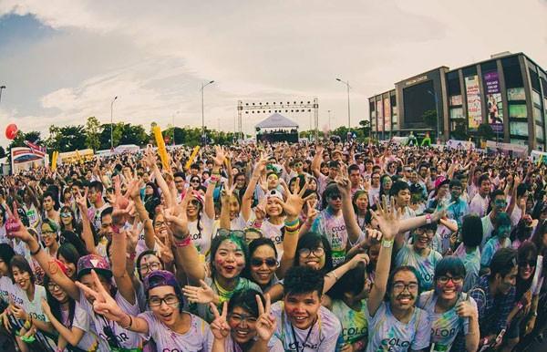 Sân khấu ca nhạc sôi động của Color Me Run – Đường chạy sắc màu 2015 tại Quảng trường TTTM Vincom Plaza Long Biên