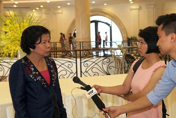 Bà Kim Hạnh trả lời phỏng vấn báo chí bên lề sự kiện