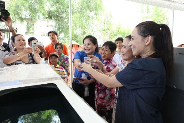 Ca sĩ Phi Nhung cùng đại diện huyện Đoàn và người dân tại tỉnh Kiên Giang uống thử nước sau khi lọc