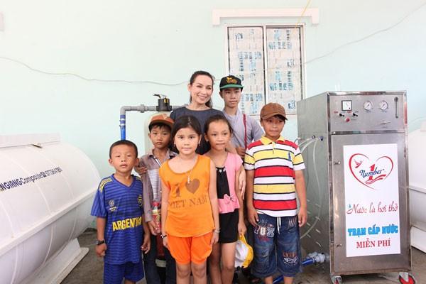 Ca sĩ Phi Nhung và các em nhỏ bên máy lọc nước do Tập đoàn Tân Hiệp Phát tài trợ tại tỉnh Kiên Giang