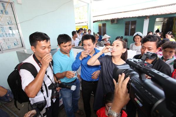 Ca si Phi Nhung và lãnh đạo TW Đoàn cùng người dân và đại diện báo chí cùng uống nước ngọt sau khi được lọc qua hệ thống máy lọc nước do Tập đoàn Tân Hiệp Phát tài trợ cho các tỉnh ĐBSCL