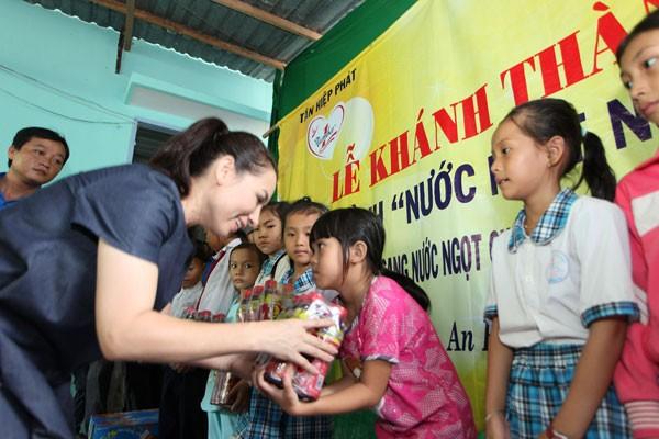 Ca sĩ Phi Nhung- Đại sứ chương trình Nước ngọt nghĩa tình tặng quà ngày Tết thiếu nhi tại Kiên Giang