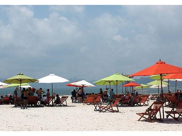 Bãi tắm Hạ Long: Điểm đến sôi động mùa hè