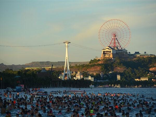 Bãi tắm Hạ Long: Điểm đến sôi động mùa hè ảnh 9