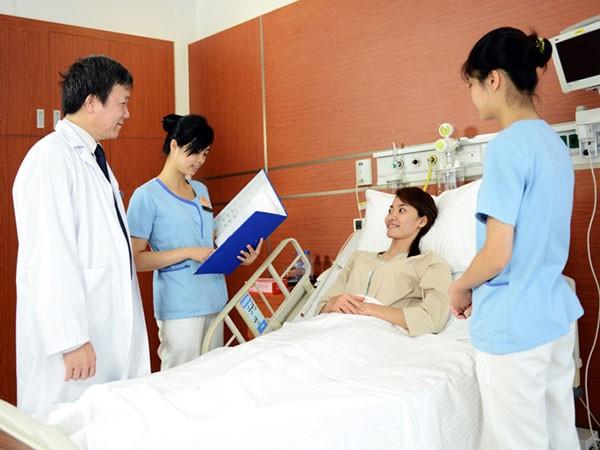 Tại Vinmec, các điều đưỡng có trách nhiệm chủ động phối hợp với bác sĩ xây dựng và thực hiện các kế hoạch điều trị - chăm sóc khoa học cho người bệnh.