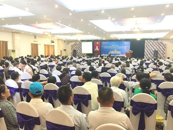 Người tiêu dùng đặt câu hỏi cùng TS Nguyễn Hoàng Lê tại hội thảo