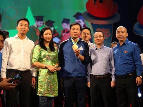 Ông Nguyễn Phan Huy Khôi, Giám đốc Đối ngoại Tập đoàn Number 1 – Tân Hiệp Phát chụp ảnh giao lưu cùng xạ thủ Hoàng Xuân Vinh và Ban tổ chức chương trình.