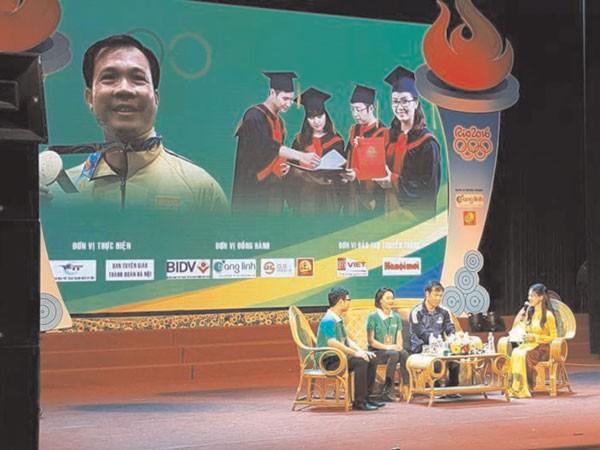 Xạ thủ Hoàng Xuân Vinh và đại diện thủ khoa xuất sắc giao lưu trên sân khấu