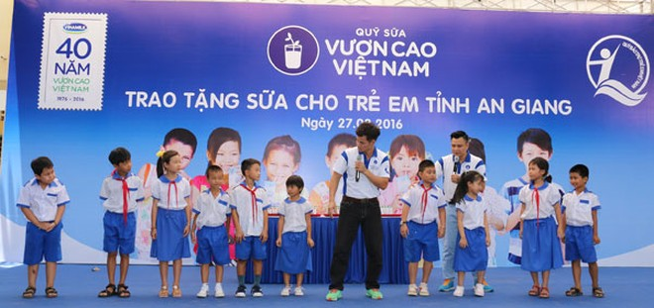 Tham dự chương trình các em học sinh An Giang còn được giao lưu và tham gia các trò chơi vui nhộn cùng hai Nghệ sĩ hài Xuân Bắc và Tự Long, các đại sứ thiện chí của chương trình Quỹ Sữa vươn cao Việt Nam