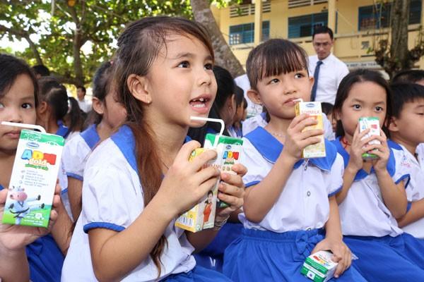 Niềm vui uống sữa của các em học sinh trường tiểu học B Mỹ Hiệp, Ấp Đông Châu, xã Mỹ Hiệp, huyện Chợ Mới, tỉnh An Giang
