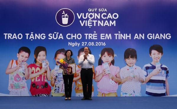 Bà Bùi Thị Hương – Giám đốc điều hành công ty Vinamilk đại diện công ty nhận Bằng khen từ UBND tỉnh An Giang vì đã có nhiều đóng góp cho trẻ em của Tỉnh An Giang.