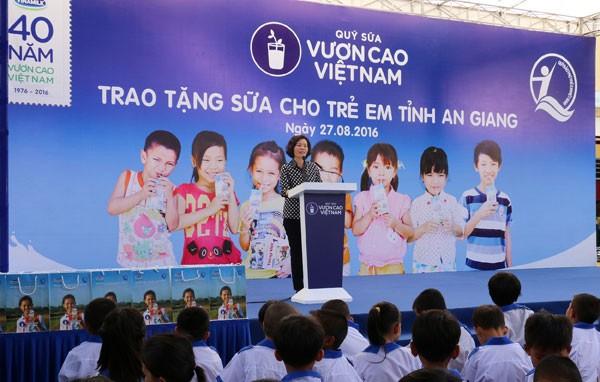 Trao tặng 111.000 ly sữa cho hơn 1.200 trẻ em tỉnh An Giang ảnh 2