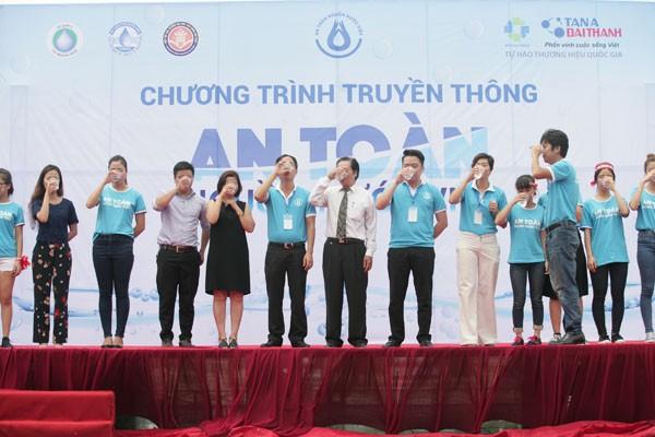Đại diện các bên liên quan cùng các bạn sinh viên uống thử nước sông Tô Lịch sau khi đã lọc qua máy lọc nước RO của Tập đoàn Tân Á Đại Thành