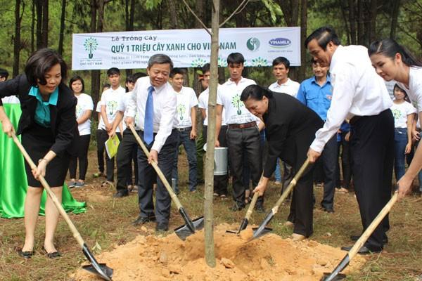Vinamilk hoạt động hiệu quả trong quá trình cổ phần hóa không chỉ mang lại sự phát triển cho Vinamilk mà còn đóng góp vào ngân sách nhà nước và những chính sách xã hội khác với nhiều chương trình nhân văn như Quỹ 1 triệu cây xanh cho Việt Nam, Quỹ sữa Vươn cao Việt Nam