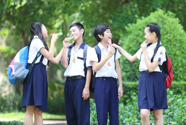 Đồng phục học sinh với áo trắng quần/ váy xanh khiến ai cũng như ai, nhưng dây đeo đa năng với nhiều màu, nhiều hình ảnh đã giúp tạo ra sự khác biệt, cá tính riêng cho mỗi bạn trẻ.