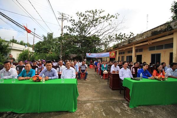 Buổi lễ cắt băng khánh thành có sự tham dự của chính quyền địa phương, nhà tài trợ và đông đảo bà con nhân dân trong xã