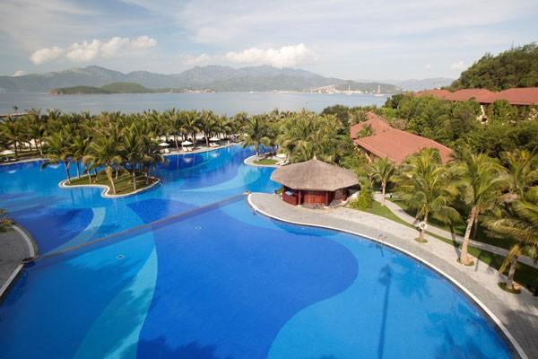 Bể bơi với thiết kế đan xen sân vườn mang lại cảm giác thư giãn
