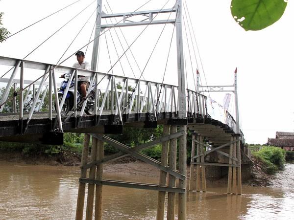 Cây cầu giúp cho việc đi lại của bà con được thuận tiện, dễ dàng