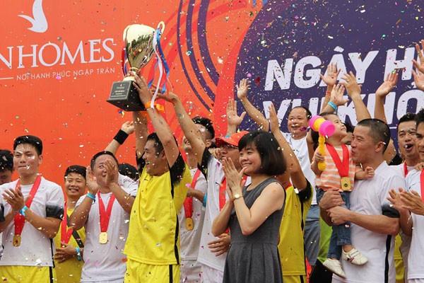 Niềm vui của những người chiến thắng khi sở hữu chiếc cup vô địch Vinhomes năm nay
