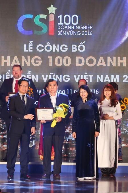 Đại diện FrieslandCampina Việt Nam nhận Bằng khen doanh nghiệp bền vững năm 2016