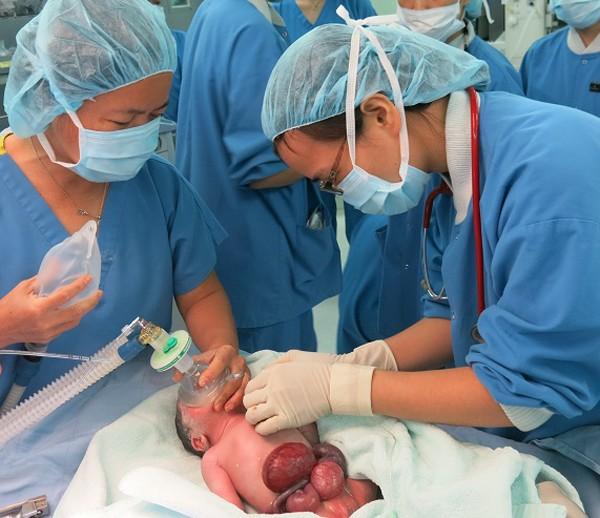 Em bé được các bác sĩ Vinmec hồi sức ngay sau khi sinh - hầu hết tạng của bé đều nằm ngoài thành bụng