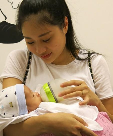 Sau bao ngày lo lắng, giờ đây người mẹ trẻ rất hạnh phúc khi thấy con khỏe mạnh