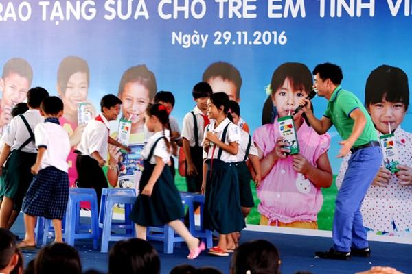 Tham dự chương trình các em học sinh Vĩnh Long còn được giao lưu và tham gia các trò chơi vui nhộn Nghệ sĩ hài Xuân Bắc, Hoa hậu Ngọc Hân đại sứ thiện chí của chương trình Quỹ sữa vươn cao Việt Nam.