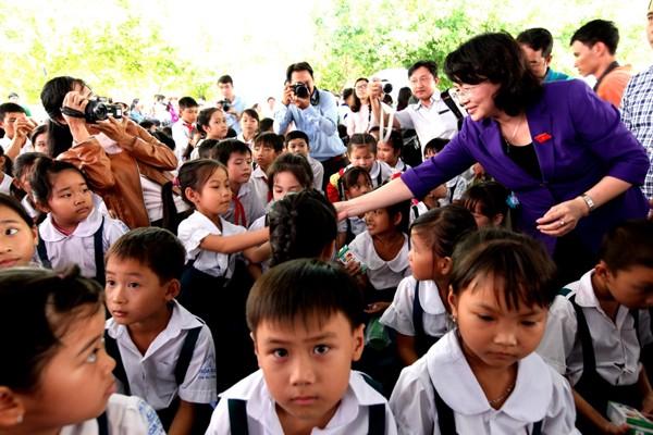 Phó Chủ tịch nước Đặng Thị Ngọc Thịnh trao tặng sữa cho các em học sinh tại Vĩnh Long