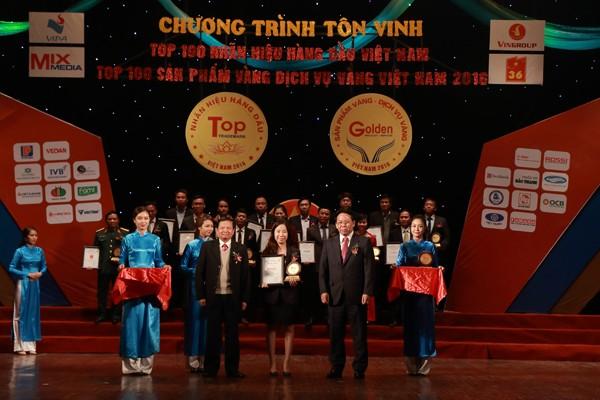 Bà Hà Vũ Thanh Hiền, Giám đốc marketing tập đoàn Tân Á Đại Thành nhận giải từ Ban tổ chức