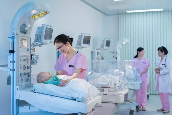 """Tại Vinmec Hạ Long, hệ thống """"lồng ấp"""" trẻ sơ sinh cao cấp đa chức năng, hệ thống giường sưởi... cao cấp giúp em bé được chăm sóc tốt nhất ngay từ khi lọt lòng"""