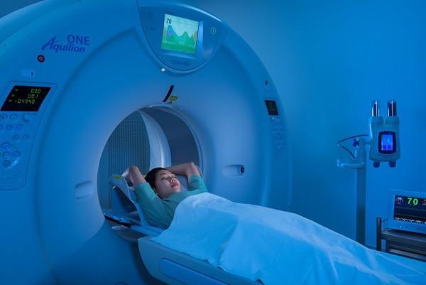Máy chụp cắt lớp vi tính Aquilion One (hãng Toshiba) với 640 lát cắt tại Bệnh viện ĐKQT Vinmec Hạ Long giúp giảm thiểu thời gian chụp và chẩn đoán sớm các bất thường chính xác