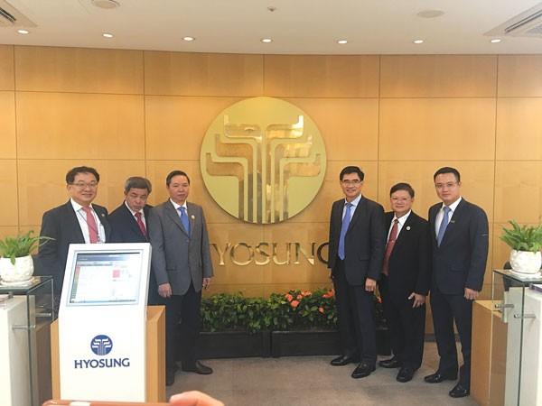 Phó Tổng Giám đốc VietinBank Nguyễn Đình Vinh (ngoài cùng bên phải) thăm, làm việc với Tập đoàn Hyosung tại Hàn Quốc