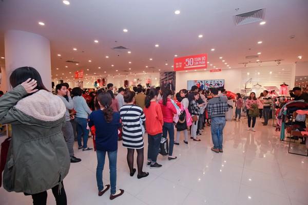 Hàng nghìn lượt khách xếp hàng tại khu vực thời trang trong TTTM Vincom để canh cơ hội mua đồ tốt với giá hời