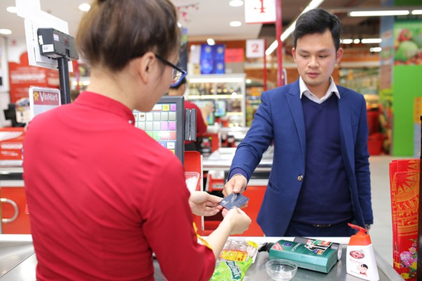 Khách hàng có thẻ thành viên VinID khi mua sắm tại hệ thống bán lẻ của Vingroup sẽ được hưởng những ưu đãi độc quyền lên đến 50%, bên cạnh các chương trình khuyến mại của các gian hàng