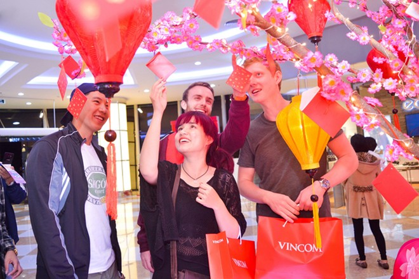 Không chỉ được thỏa mãn mua sắm, khách hàng đến với TTTM Vincom còn được lộc mang về khi hái bao lì xì từ Cây đại hỷ.