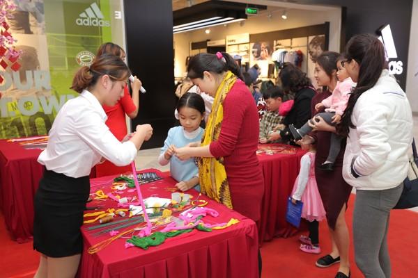 Các gia đình sẽ được trải nghiệm không gian mua sắm Tết Việt khi đến với TTTM Vincom