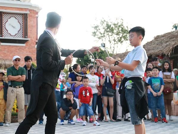 Hay bất ngờ tự hóa thân thành ảo thuật gia và trình diễn dưới sự thán phục của hàng trăm người xem. Có hàng trăm lựa chọn vui chơi thú vị cho mọi du khách, từ các nhóm bạn trẻ cho tới các gia đình khi tới Asia Park những ngày này.