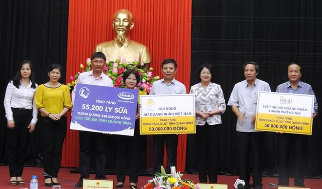 Đoàn công tác trao bảng tượng trưng 55.200 ly sữa, tương đương 358.248.000 đồng cho trẻ em vùng lũ tỉnh Quảng Bình.