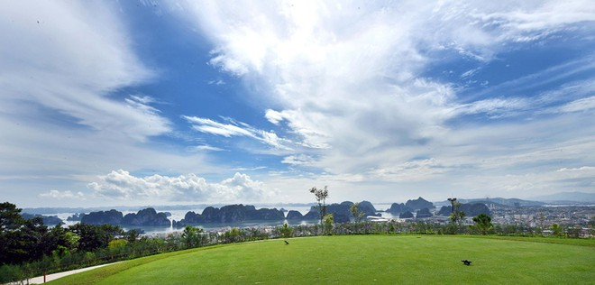 Sân FLC Ha Long Golf Club có tổng diện tích 224 ha, nằm trên đồi cao thuộc Quần thể du lịch nghỉ dưỡng FLC Hạ Long Bay Golf Club