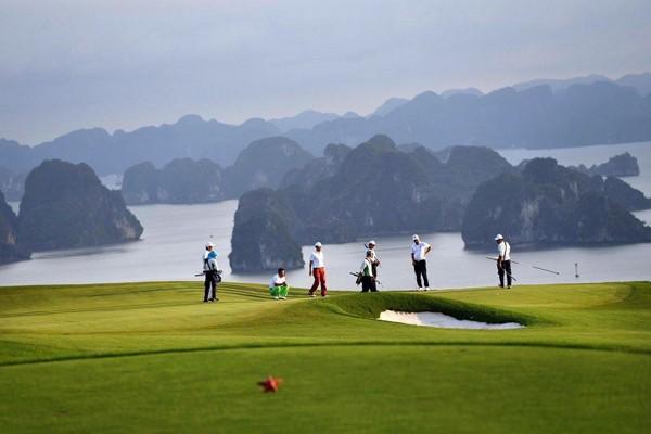 Địa hình đồi dốc thách thức, ôm trọn cảnh quan sơn thủy hữu tình của vịnh Hạ Long