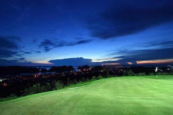Với hệ thống đèn 18 hố, các golfer sẽ có trải nghiệm mới lạ khi chơi vào ban đêm