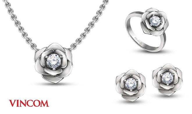 Năm nay, Vincom dành tặng cho khách hàng toàn quốc những sản phẩm trang sức hoa hồng được gia công từ vàng 14K đính kim cương – phiên bản 'limited edition' chỉ có tại Vincom