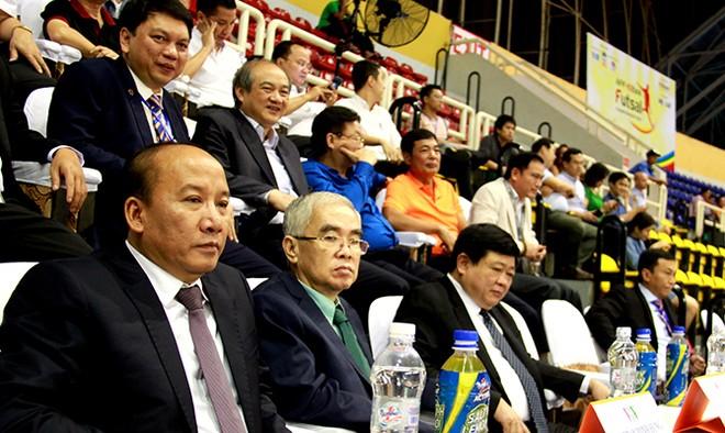 Các đại biểu theo dõi trận khai mạc giữa đội tuyển futsal Việt Nam và Philippines
