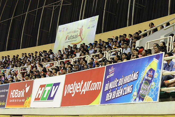 Dưới sự cổ vũ của hàng nghìn khán giả nhà, các cầu thủ Việt Nam đã đáp lại bằng một chiến thắng tưng bừng