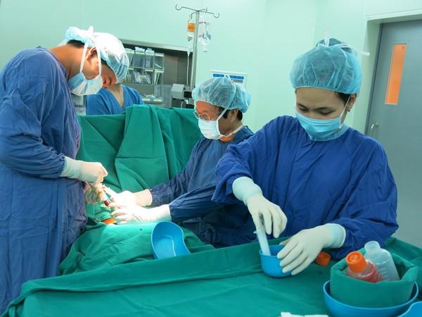 GS.TS Nguyễn Thanh Liêm và ekip thực hiện ghép tế bào gốc cho bệnh nhân