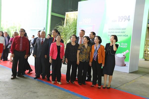 Các khách mời tìm hiểu lịch sử phát triển của Công ty cổ phần đường Việt Nam