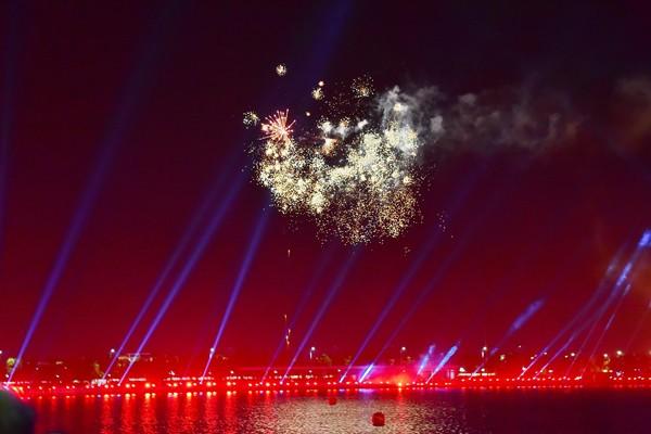 Màn trình diễn laser và pháo hoa ấn tượng trên hồ Harmony ở phần cuối đêm nhạc hội. Đây là món quà đặc biệt dành tặng cho hơn 1.350 khách mời