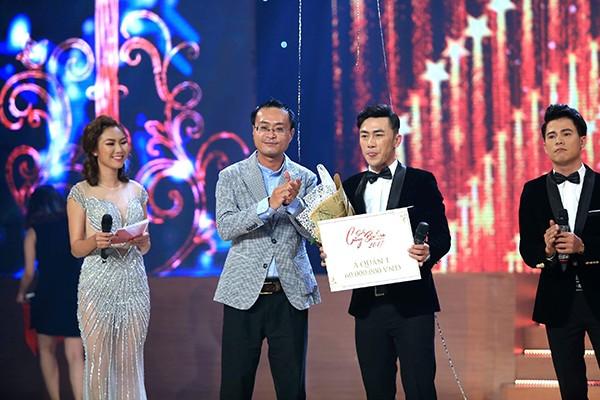 Ông Lê Nguyễn Đức Khôi, Trưởng phòng Quan hệ công chúng, Tập đoàn Tân Hiệp Phát trao giải Á quân 1 cho chàng tài xế Thiên Bảo, người sở hữu kỹ thuật ca hát vững vàng lẫn bản lĩnh sân khấu.
