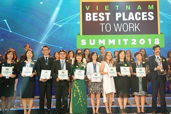 Bà Lê Mai Lan – Phó Chủ tịch Tập đoàn Vingroup (đứng thứ 5 từ trái sang) trong lễ vinh danh Top 100 nơi làm việc tốt nhất Việt Nam diễn ra sáng ngày 22/3/2018.